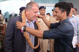 Zico recebeu colar típico indiano das mãos de dirigente do clube